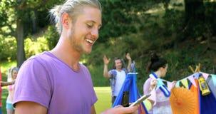 Hipsterman som ler och tar en bild lager videofilmer