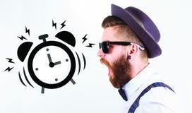 Hipsterman som skriker in mot en klocka royaltyfria foton