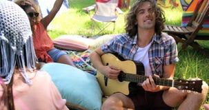 Hipsterman som spelar gitarren lager videofilmer