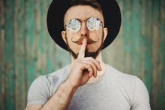 Hipstermangesten för tystnadvisning hyssjar tecknet Arkivfoton