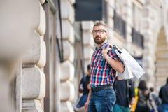 Hipstermanshopping i gatorna av London arkivfoto