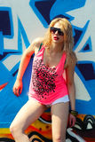 Hipstermeisje dichtbij graffiti Stock Afbeeldingen