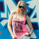 Hipstermeisje dichtbij graffiti Royalty-vrije Stock Foto's