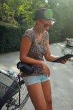 Hipstermeisje die Digitale Tablet gebruiken Royalty-vrije Stock Afbeelding