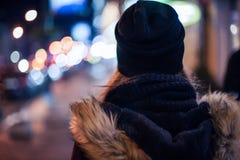 Hipstermeisje die op stadsstraat bij nacht lopen Stock Afbeelding