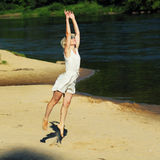 Hipstermeisje die pret op het strand hebben Royalty-vrije Stock Foto's