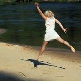 Hipstermeisje die pret op het strand hebben Stock Afbeeldingen