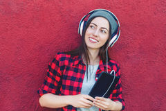 Hipstermeisje die tablet in openlucht gebruiken stock afbeelding