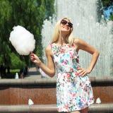 Hipstermeisje met gesponnen suiker Stock Fotografie