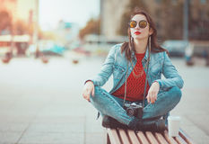 Hipstermeisje met retro camera royalty-vrije stock foto
