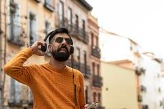 Hipstermens het Luisteren Muziek op Hoofdtelefoons stock afbeeldingen