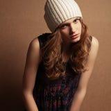 Hipstermodel met krullend rood haar en beige hoed Stock Foto's