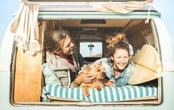 Hipsterpaar met leuke hond die samen in uitstekende minibestelwagen reizen royalty-vrije stock foto's