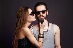 Hipsterpaar in zonnebril stock foto