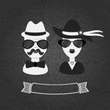 Hipsterpaar in zwart-wit op grijze geweven gradiëntachtergrond Royalty-vrije Stock Afbeeldingen
