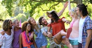 Hipsterpar på en cykel med deras vänner stock video