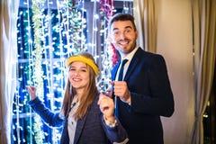 Hipsterpar som firar helgdagsafton för nya år tillsammans och att dansa Royaltyfria Foton