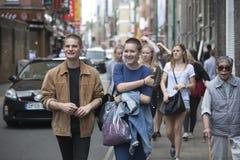 Hipsters στην πάροδο τούβλου στο ανατολικό άκρος του Λονδίνου, UK Στοκ Φωτογραφίες