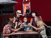 Hipsters på mobil Pizza shoppar arkivbilder