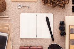 Hipsters skrivbord med den öppna urklippsboken Författare på arbete Lägenheten lägger med kopieringsutrymme Royaltyfria Foton