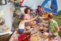 Hipsters som har gyckel i deras campingplats arkivfoton