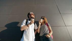 Hipsters som har samtal för vägg lager videofilmer