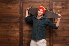 Hipsterskateboarder i studio Royaltyfri Foto