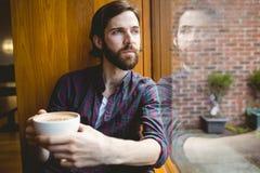 Hipsterstudent som har kaffe i kantin royaltyfri foto