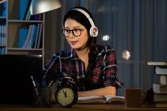 Hipsterstudent som studerar och lyssnar Arkivbild