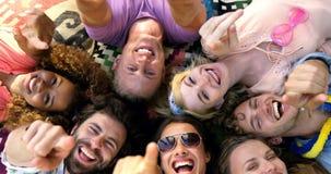 Hipstersvänner som ligger och pekar kameran stock video