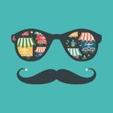Hipstertappningsolglasögon med coffee shop och koppar Royaltyfria Foton