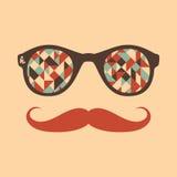 Hipstertappningsolglasögon med trianglar och fyrkanter Arkivfoto