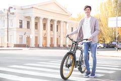 Hipstertonåring med cykeln royaltyfria foton