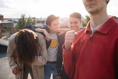 Hipstertroep het lachen bff onbezorgde tienerontmoetingsplaats stock afbeeldingen