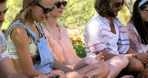 Hipstervänner som använder deras mobiltelefon lager videofilmer