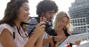 Hipstervänner som besöker en stad och tar bilder stock video