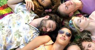 Hipstervänner som ligger och sover arkivfilmer