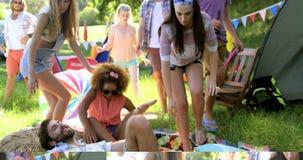 Hipstervänner som ner sitter på golvet lager videofilmer