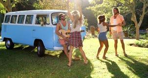hipstervänner som spelar musik och att dansa lager videofilmer