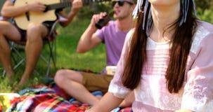 Hipstervänner som spelar musik och att dricka arkivfilmer