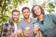 Hipstervrienden die een bier hebben samen royalty-vrije stock afbeelding