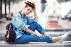 Hipstervrouw in de stadsstijl van de parkmanier Stock Fotografie