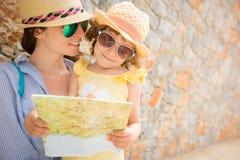 Hipstervrouw en meisje in de zomerstad Royalty-vrije Stock Fotografie