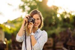 Hipstervrouw met retro filmcamera Royalty-vrije Stock Foto's