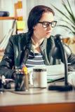Hipstervrouwen in het bureau Stock Afbeeldingen