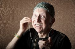Hiptser idoso que escuta dispositivo audio Handheld imagens de stock