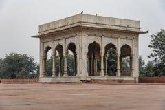 Hira Mahal é um pavilhão no forte vermelho em Deli É um pavilhão quatro-tomado partido do mármore branco imagens de stock royalty free