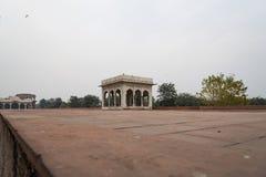 Hira Mahal é um pavilhão no forte vermelho em Deli É um pavilhão quatro-tomado partido do mármore branco imagem de stock