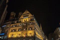 Hirmer wydziałowy sklep w tradycyjnym Bawarskim budynku w w centrum Monachium, Frauenkirche kościół może widzieć w tle zdjęcie royalty free