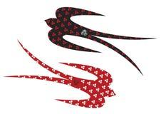 Hirondelles noires et de rouge Image libre de droits